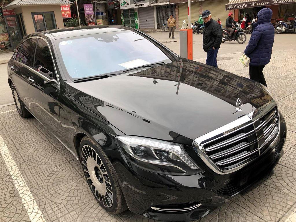 Hà Nội: Mercedes-Benz bị vặt trụi gương dù đỗ ngay gần phòng bảo vệ