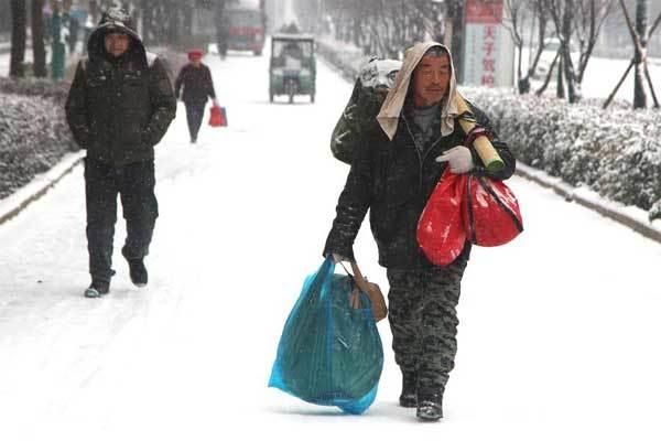 Lội tuyết hàng chục cây số dành tiền mua áo cho vợ