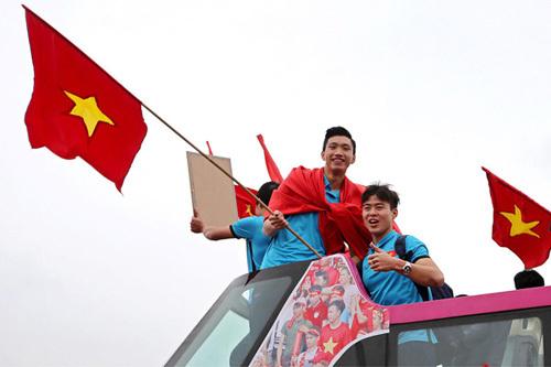 Cận cảnh xe bus 2 tầng đón U23 Việt Nam