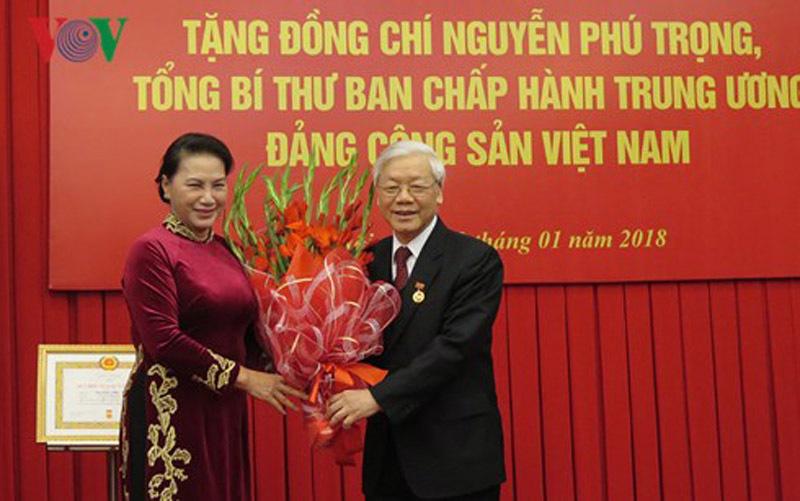 Tổng bí thư Nguyễn Phú Trọng nhận huy hiệu 50 năm tuổi Đảng