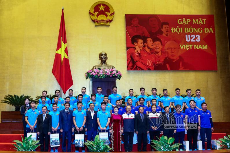 Hình ảnh cào tuyết cho Quang Hải đá phạt làm Chủ tịch QH xúc động