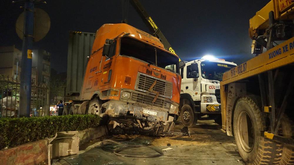 tai nạn, lật xe ô tô, Sài Gòn, tai nạn ô tô, tai nạn giao thông