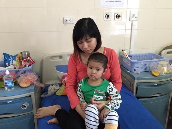 Bố mẹ nghèo khó, con gái mắc bệnh hiểm nghèo mong manh sự sống