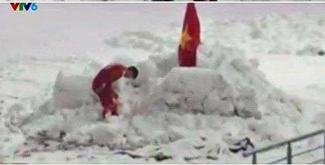 Duy Mạnh cắm cờ trên tuyết