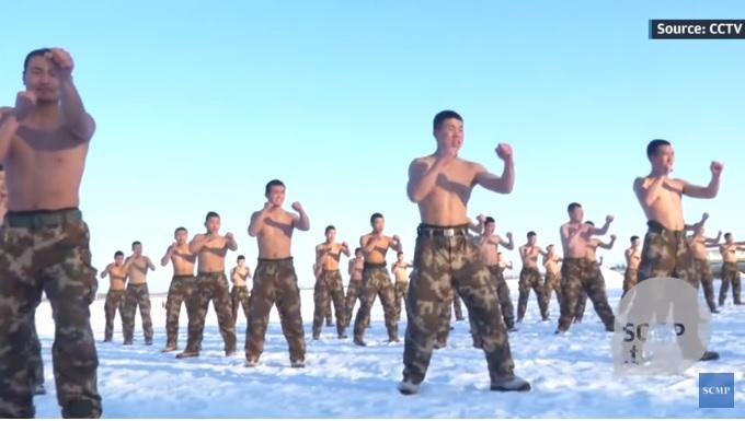 Xem cảnh sát TQ cởi trần tập luyện giữa trời rét thấu xương