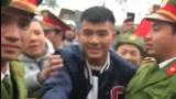 Hà Đức Chinh trong vòng vây người hâm mộ khi về thăm nhà tại Phú Thọ
