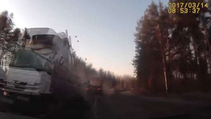 10 clip 'nóng': Bình khí nén nổ như tên lửa, phá tan ngôi nhà