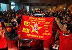 Ngàn người ra sân bay Vinh đón trung vệ Tiến Dũng, Văn Đức, Công Phượng...