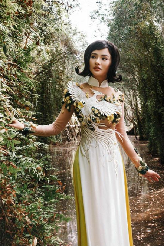 Vũ Thu Phương tái xuất làm mẫu trong áo dài tự thiết kế