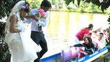 Cô dâu chú rể cùng họ hàng rơi hết xuống kênh vì lật xuồng