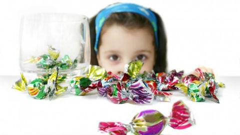Nhầm lẫn tai hại khi trẻ ăn nhiều bánh kẹo dịp Tết