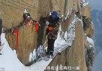 Thót tim cảnh dọn tuyết trên 'con đường tử thần'