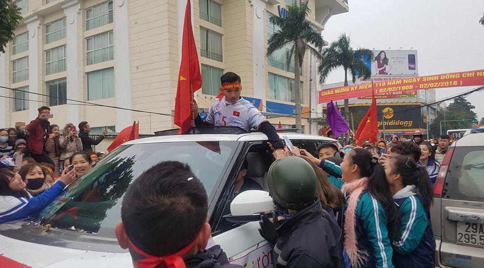 Văn Hậu mở nóc ô tô, thiếu nữ Thái Bình gọi tên xin chữ ký