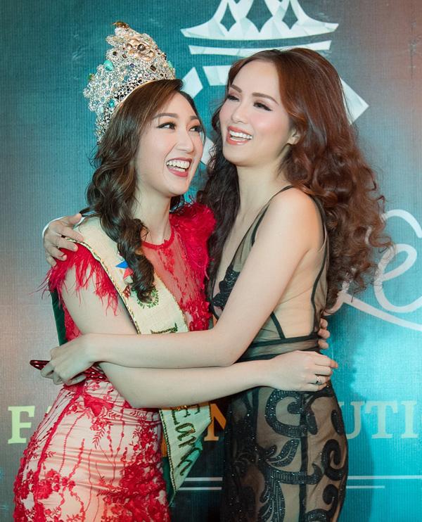 Hoa hậu Trái Đất phong phanh giữa Hà Nội lạnh giá