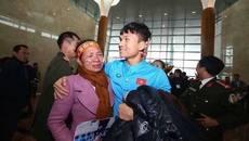 Xuân Mạnh U23lặng người vì món quà 10 nghìn đồng mẹ tặng ở sân bay