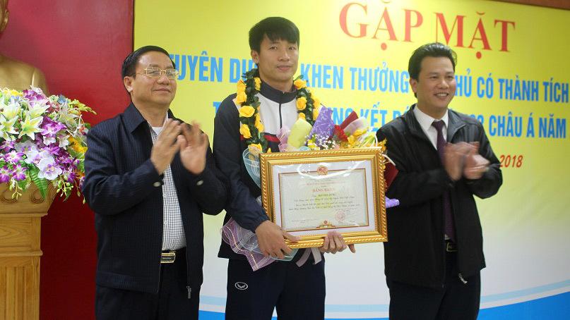 Chủ tịch Hà Tĩnh khen trung vệ Tiến Dũng đẹp trai