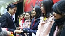 Trao học bổng hỗ trợ sinh viên khó khăn về quê đón Tết gần 300 triệu đồng