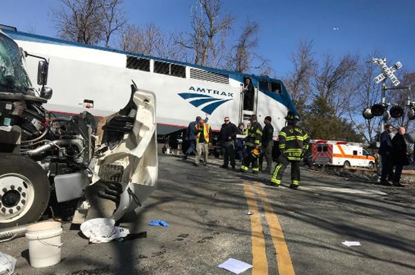 Tàu chở nghị sĩ Quốc hội Mỹ đâm xe tải
