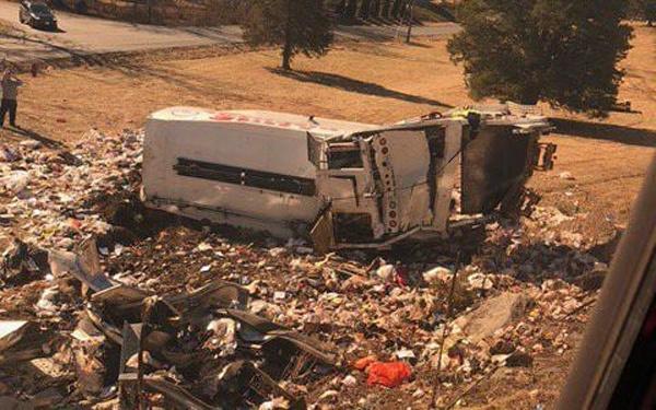 Clip vụ tàu chở nghị sĩ Quốc hội Mỹ đâm xe tải