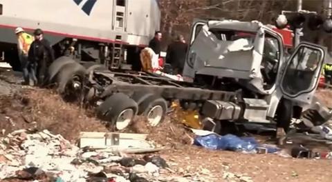 Hiện trường vụ tàu chở thành viên Quốc hội Mỹ đâm xe tải