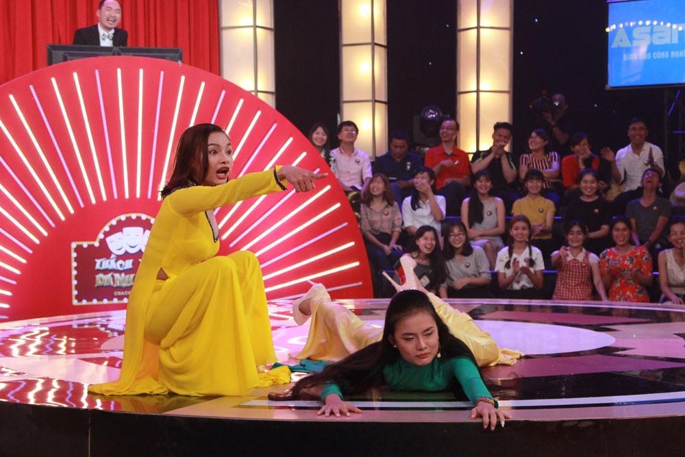 2 cô gái rao bánh pía khiến Trấn Thành không thể nhịn cười