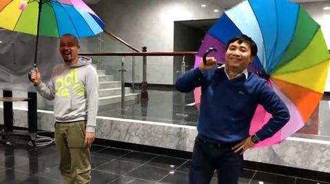 Clip: Đạo diễn Đỗ Thanh Hải và NTK Đức Hùng cầm ô loè loẹt đi catwalk:
